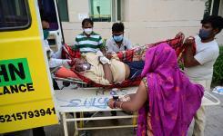 Prayagraj: A COVID19 patient get primary treatment in an Ambulance at Swaroop Rani Neharu Hospital in Prayagraj on April 27, 2021